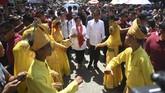 Calon Presiden nomor urut 01 Joko Widodo (kanan) beserta istri Iriana Joko Widodo (kiri) disambut tarian saat tiba di lokasi kampanye, Gedung Serbaguna Rambate Rata Raya, Asahan, Sumatera Utara, Sabtu (6/4/2019). ANTARA FOTO/Akbar Nugroho Gumay