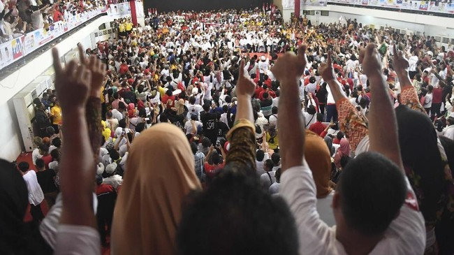 Suasana saat Calon Presiden nomor urut 01 Joko Widodo berpidato dalam kampanye di Gedung Serbaguna Rambate Rata Raya, Asahan, Sumatera Utara, Sabtu (6/4/2019). ANTARA FOTO/Akbar Nugroho Gumay