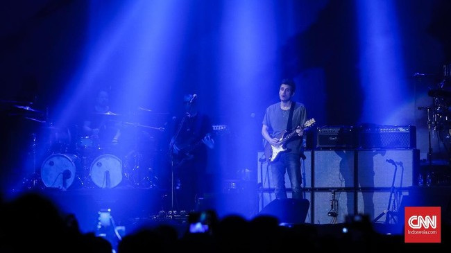 Konser perdana John Mayer di Indonesia sukses digelar pada Jumat (5/4) di ICE BSD, Jakarta. Sejak pukul empat sore, antrean sudah mengular sampai ke tepi jalan raya. (CNNIndonesia/Safir Makki)