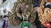 Pawai kostum ikut meramaikan parade kampanye terbuka pasangan Jokowi-Ma'ruf Amin di Kota Tangerang. (CNN Indonesia/Andry Novelino).
