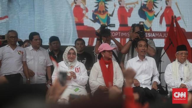 Jokowi dan Ma'ruf terlihat didampingi istri mereka masing-masing dalam kampanye terbuka di Tangerang.(CNN Indonesia/Andry Novelino).