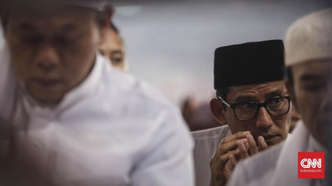 Sementara sebelum memaparkan kampanye, Prabowo dan Sandi menyempatkan diri salat Subuh bersama pendukung yang hadir. (CNN Indonesia/Hesti Rika)