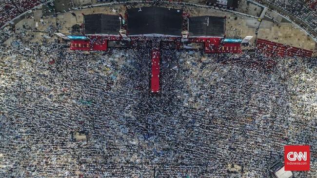 Massa yang diklaim jumlahnya mencapai 1 juta orang memenuhi SUGBK. Mereka yang kebanyakan berbusana putih membuat tagar #AkalSehatPutihkanGBK menggema di Twitter. Mereka menanti Prabowo berorasi sejak pagi. (CNN Indonesia/Artho Viando)