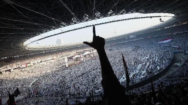Massa yang hadir dengan busana serba putih mengelu-elukan Prabowo-Sandi, juga membuat pose dua jari. (ANTARA FOTO/Galih Pradipta)