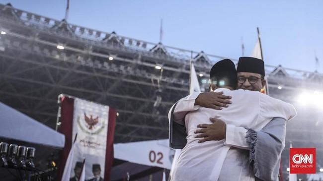 Kampanye terbuka itu juga dihadiri Gubernur DKI Jakarta, Anies Baswedan. Ia memeluk Cawapres nomor urut 02 Sandiaga Uno di atas panggung. (CNN Indonesia/Hesti Rika)