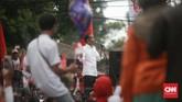 Capres Joko Widodo memberikan pidato di panggung akhir dari acara Pawai Karnaval Bersatu di Kota Tangerang. (CNN Indonesia/Andry Novelino).