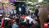 Dalam kampanye terbuka ini, Jokowi menyempatkan diri memberi pidato. Tampak di sudut panggung terdapat layar Hologram sebagai bagian dari rangkaian acara Pawai Karnaval Bersatu. (CNN Indonesia/Andry Novelino).
