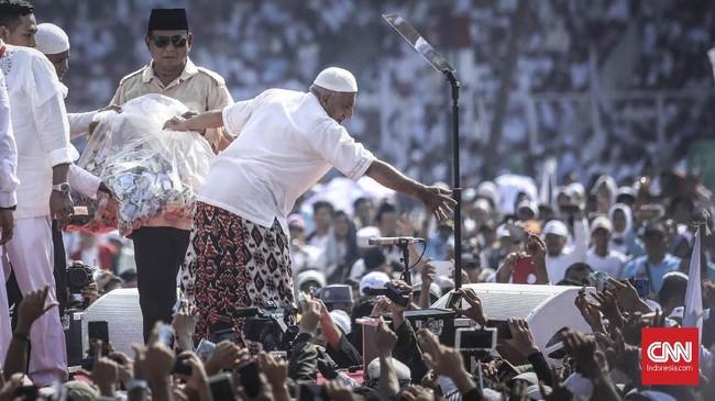 Prabowo juga menerima sumbangan dari pendukungnya, seperti yang pernah terjadi beberapa waktu lalu. Prabowo menegaskan massa yang hadir di SUGBK kali itu datang dengan ikhlas dan sukarela, tanpa bayaran, malah dirinya yang disumbang. (CNN Indonesia/Hesti Rika)