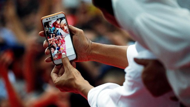 Dalam kesempatan ini, seperti biasa, Jokowi mengajak para simpatisan dan pendukungnya berfoto selfie. (REUTERS/Willy Kurniawan).