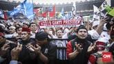Sementara massa di bawah panggung mengucap doa sekaligus membentangkan spanduk dan menggoyang-goyangkan bendera. (CNN Indonesia/ Hesti Rika)
