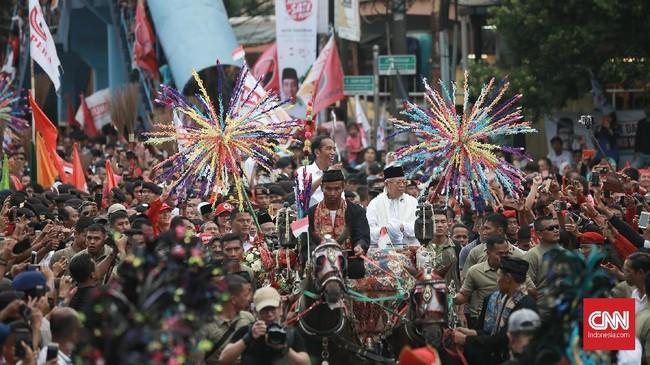 Warga Tangerang antusias saat menghadiri paradekampanye pasangan capres-cawapres 01, Jokowi-Ma'ruf. CNN Indonesia/Andry Novelino