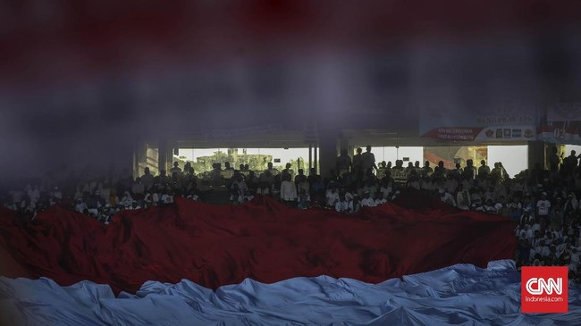 Selain bendera partai, merah putih raksasa juga terbentang dan dibawa bergilir oleh massa pendukung Prabowo. (CNN Indonesia/ Hesti Rika)