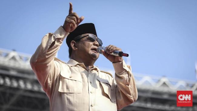 Dalam orasinya, Prabowo Subianto membicarakan banyak hal, mulai korupsi sampai kemiskinan di masa pemerintahan sekarang. Prabowo juga berjoget dan menyapa media yang menyorotnya. (CNN Indonesia/Hesti Rika)