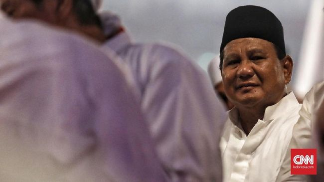 Prabowo-Sandi Subuh Berjamaah Bareng Pendukung di GBK