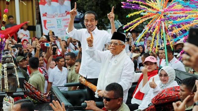 Jokowi dan Ma'ruf Amin tampak kompak mengacungkan jari telunjuk atau satu, sesuai dengan nomor urut mereka. (REUTERS/Willy Kurniawan).