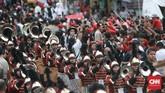 Warga tampak berdesak-desakan melihat dari dekat Jokowi-Ma'ruf yang diiringikarnaval sebelum kampanye terbuka.(CNN Indonesia/Andry Novelino).