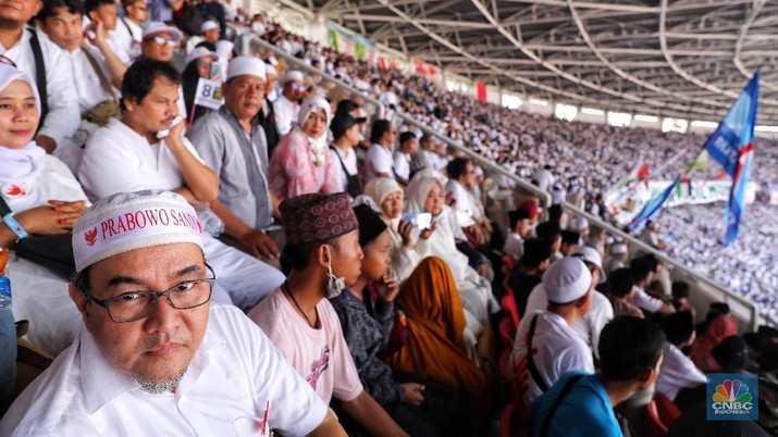 Sekitar 1 juta orang menghadiri acara kampanye terbuka Prabowo-Sandi yang dimulai dengan shalat subuh berjamaah dilanjutkan dengan dzikir dan doa munajat bersama lalu dilanjut dengan pidato Sandiaga dan Prabowo. (CNBC Indonesia/Andrean Kristianto)