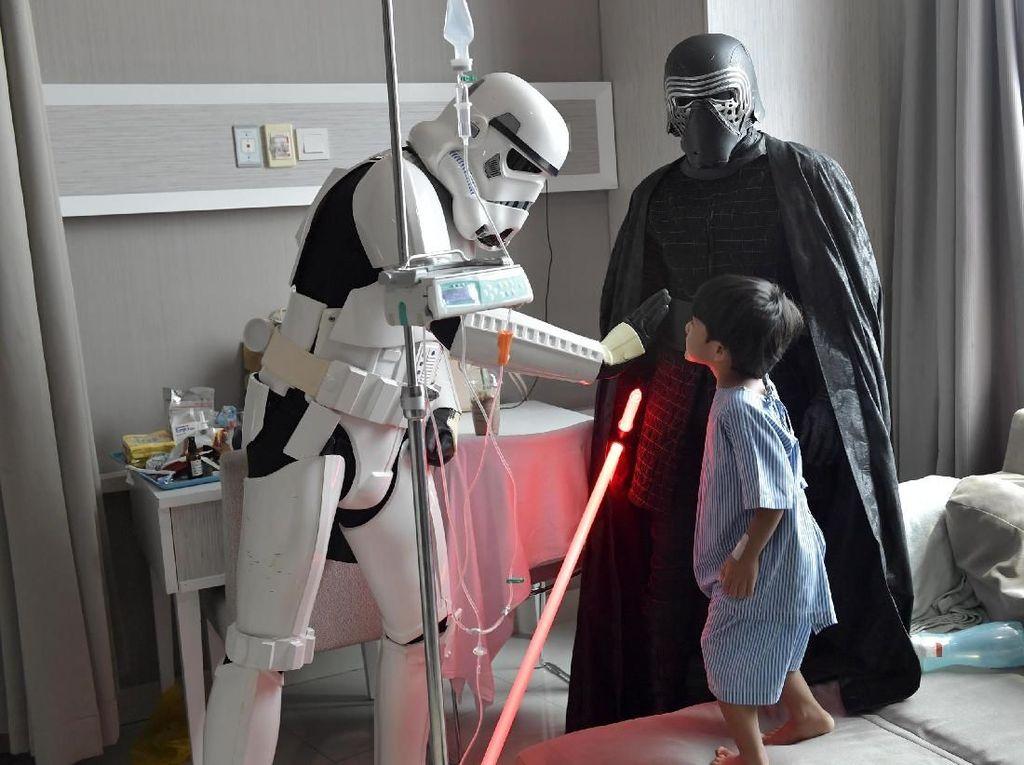 Dalam kegiatan Meet and Greet ini 501ST Legion Garuda Garrison menghadirkan beberapa karakter Star Wars seperti Troopers, Dark Father, Kyle Ren, Stroomtrooper. Foto: dok. Siloam Hospitals