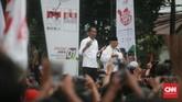Joko Widodo-Ma'ruf Amin menyempatkan diri berdoa bersama dengan pada pendukung di panggung akhir dari acara Pawai Karnaval Bersatu di Kota Tangerang. (CNN Indonesia/Andry Novelino).