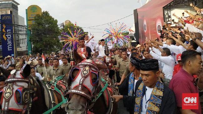 Kompak Putih-putih, Jokowi-Ma'ruf Diarak Kereta Kencana Solo