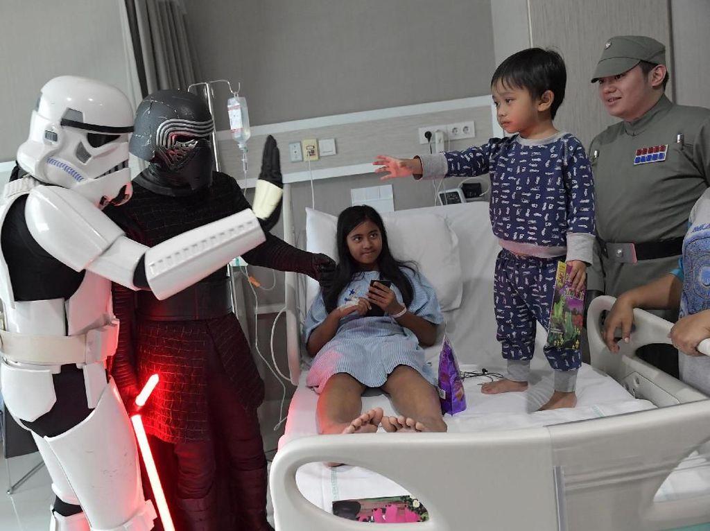 Siloam Hospitals TB Simatupang bersama 501ST Legion Garuda Garrison Indonesia menggelar Meet and Greet Troopers bersama pasien anak di Jakarta. Foto: dok. Siloam Hospitals