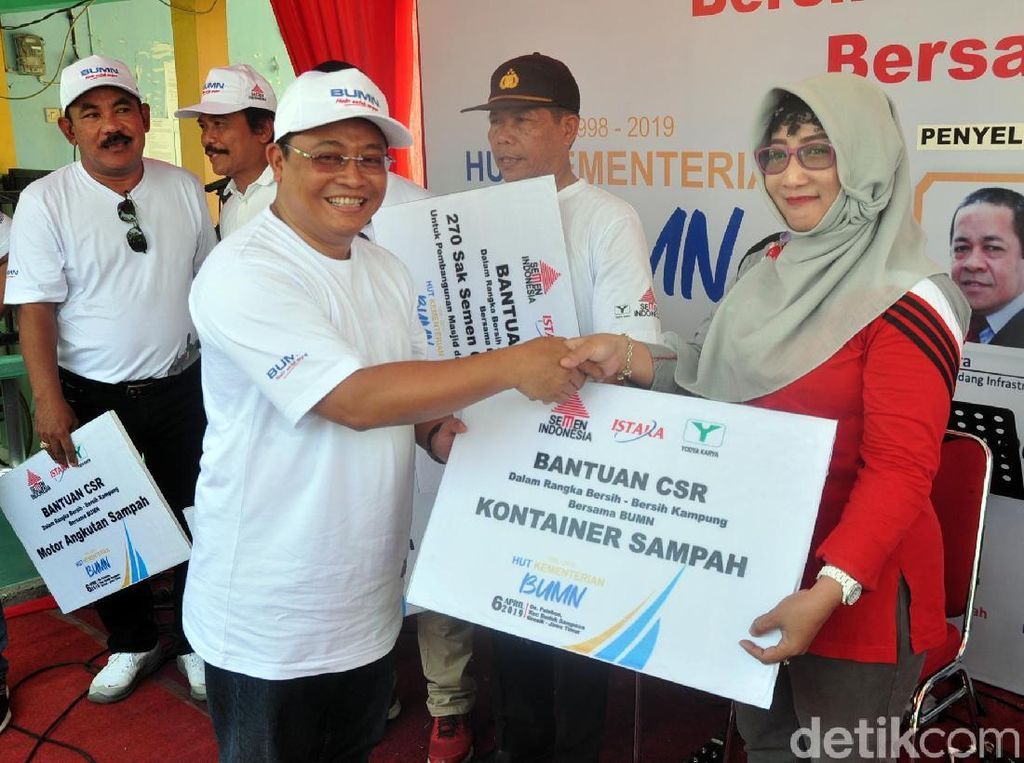 Direktur Strategi Bisnis dan Pengembangan Usaha Semen Indonesia Fadjar Judisiawan simbolis menyerahkan bantuan kontainer sampah kepada warga Desa Palebon Kecamatan Duduk Sampeyan, Gresik.