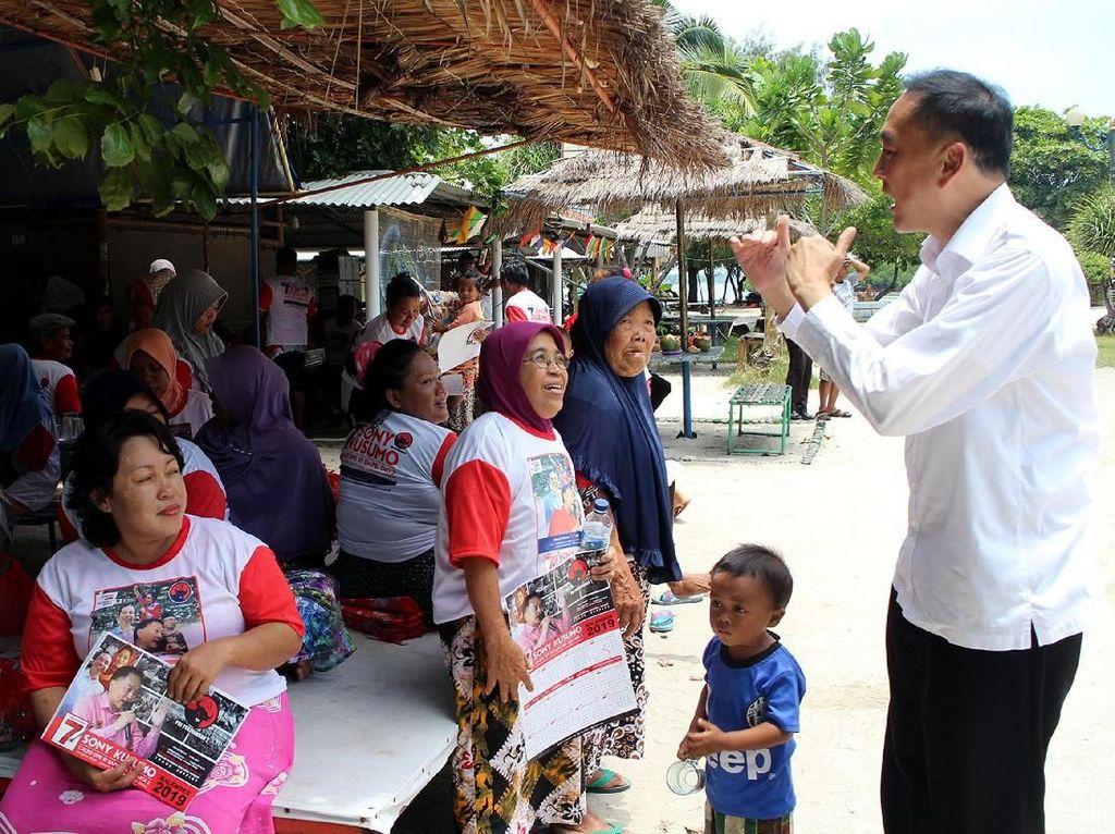 Ia mengajak berbincang dan mendengarkan curhatan warga dan masyarakat secara langsung di Kepulauan Seribu. Foto: dok. PDIP
