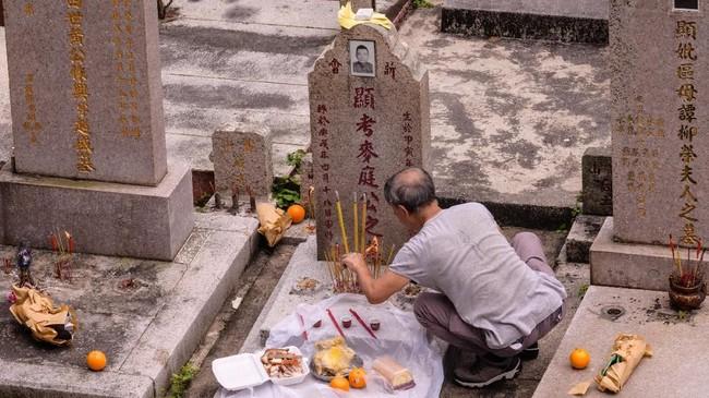 Mereka mendoakan para leluhur dengan konsep kehidupan setelah kematian yang dipercaya di China, serta meneruskan kenangan kepada kerabat yang masih hidup. (Photo by Anthony WALLACE / AFP)