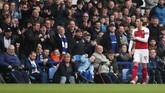 Arsenal kalah 0-1 dari Everton dan Mesut Oezil tertangkap kamera melempar jaket usai diganti. Bermaksud melempar ke arah manajer Everton Marco Silva, jaket yang dilempar Oezil justru mengenai manajer Arsenal Unai Emery. (Reuters/Lee Smith)