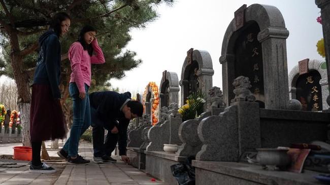 Selama lebih dari 5.000 tahun, anggota keluarga kekaisaran, bangsawan, pedagang dan petani China telah berkumpul untuk mengingat kehidupan mereka yang telah meninggal. (Photo by FRED DUFOUR / AFP)