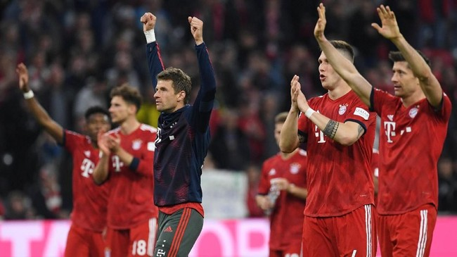 Bayern Munchen kudeta Borussia Dortmund di puncak klasemen Bundesliga Liga Jerman. Kemenangan 5-0 atas Dortmund membuat Munchen kini unggul satu poin di puncak klasemen. (REUTERS/Andreas Gebert)