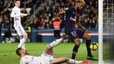 Nama Eric Choupo-Moting kemudian jadi pembicaraan setelah ia gagal mencetak gol dari jarak dekat saat skor tengah imbang 1-1. (Photo by Anne-Christine POUJOULAT / AFP)