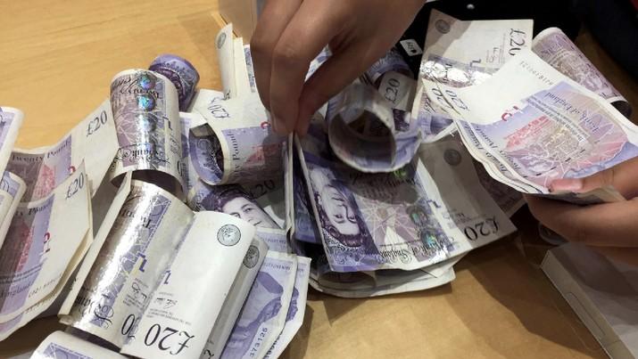 Mata uang poundsterling Inggris turun lima hari berturut-turut hingga mendekati level terendah enam bulan atau sejak 3 Januari lalu.