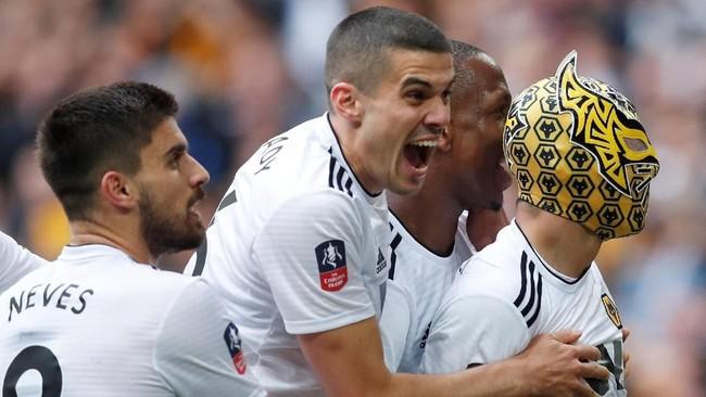 Penyerang Wolverhampton Wanderers Raul Jimenez merayakan gol dengan menggunakan topeng di semifinal Piala FA. Perayaan Jimenez terlalu dini setelah Wolverhampton dikalahkan Watford 3-2 setelah sempat unggul dua gol. (REUTERS/David Klein)