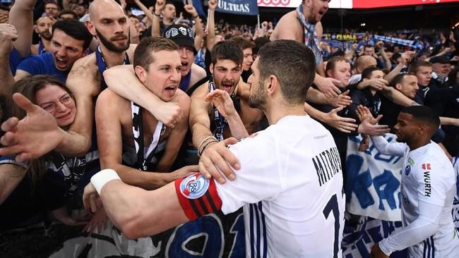 Strasbourg merayakan keberhasilan meraih poin di markas Paris Saint-Germain. (Photo by FRANCK FIFE / AFP)