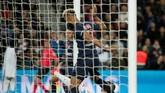 Sejatinya bola bisa masuk andai Choupo-Moting tidak menghentikan tendangan dari Christopher Nkunku. Akibat aksinya menghentikan bola di garis gawang, PSG batal unggul 2-1. (REUTERS/Benoit Tessier)