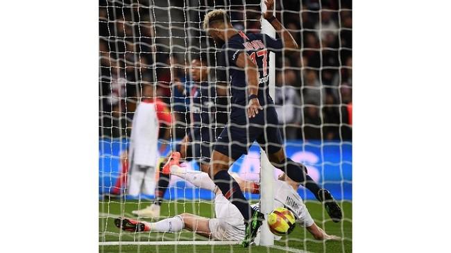 Penyerang Paris Saint-Germain asal Kamerun Eric Choupo-Moting melakukan blunder dengan gagal mencetak gol meski bola sudah ada di atas garis gawang Strasbourg. PSG ditahan imbang Strasbourg 2-2 dan gagal memastikan gelar Liga Prancis musim ini. (FRANCK FIFE / AFP)