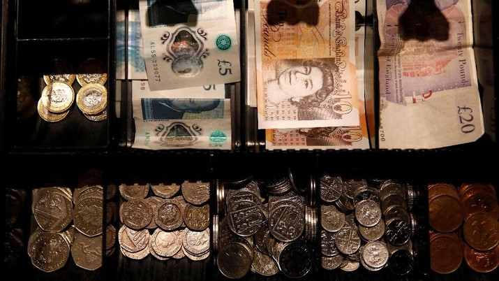FILE PHOTO: Pound Sterling notes and change are seen inside a cash resgister, Septem,ber 21, 2018. REUTERS/Phil Noble/File Photo