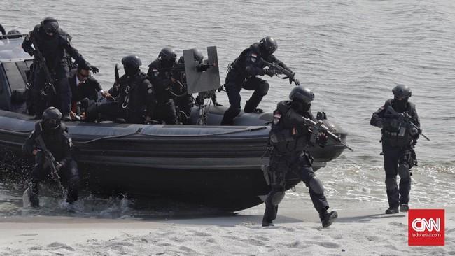Setelah mata para teroris itu dilumpuhkan, operasi dilanjutkan dengan serbuan oleh pasukan infantri mekanis yang menyerbu dari pintu depan. (CNN Indonesia/Adhi Wicaksono)