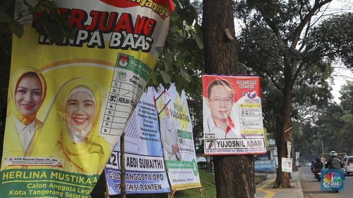 Suasana pemandangan Alat peraga Kampanye yang dipasang di pepohonan di sepanjang jalan dikawasan Rawa Buntu, Tangerang Selatan, Selasa 9/3. (CNBC Indonesia/Muhammad Sabki)