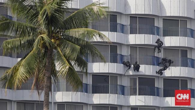 Secara simultan, pasukan Gultor TNI juga melakukan infiltrasi dari udara dengan menggunakan satu unit helikopter Super Puma dan Bell. Pasukan yang berada di atap gedung menuruni gedung dengan tali dan meledakkan kaca gedung untuk memberikan unsur kejutan sekaligus menerobos masuk ke dalam gedung. (CNN Indonesia/Adhi Wicaksono)