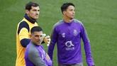 Kiper veteran FC Porto Iker Casillas berbicara dengan Oliver Torres dan Maxi Pereira. Porto juga punya rekor tandang cukup bagus musim ini setelah hanya kalah dua kali di semua kompetisi. (Reuters/Jason Cairnduff)