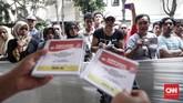 Warga hadir untuk menyaksikan proses dan alur pemungutan suara Pemilu 2019 saat simulasi. (CNNIndonesia/Safir Makki)