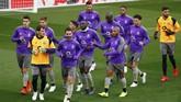 Para pemain FC Porto berlari kecil mengelilingi lapangan Stadion Anfield. Porto harus bekerja keras mengalahkan Liverpool yang tidak pernah kalah di kandang sejak September 2018 di semua kompetisi. (Reuters/Jason Cairnduff)