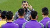 Pelatih FC Porto Sergio Conceicao memberikan pidato sebelum latihan. Musim lalu Porto dikalahkan Liverpool di babak 16 besar Liga Champions. (Reuters/Jason Cairnduff)