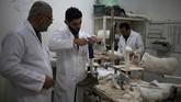 Di markas lembaga tersebut, para teknisi membuat kaki palsu dari bahan-bahan yang diberikan Komite Internasional Palang Merah. (Reuters/Mohammed Salem)