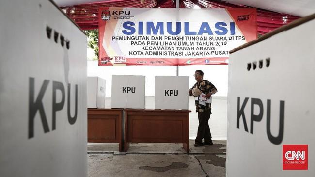 Simulasi pemungutan dan pencoblosan surat suara di TPS pada Pemilu 2019 diselenggarakan oleh Kelompok Penyelenggara Pemungutan Suara (KPPS) Kecamatan Tanah Abang, Jakarta. (CNNIndonesia/Safir Makki)