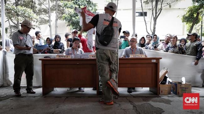 Simulasi pemungutan surat suara ini untuk meminimalisasi kesalahan dan kekurangan saat pencoblosan pemilupada 17 April nanti. (CNNIndonesia/Safir Makki)