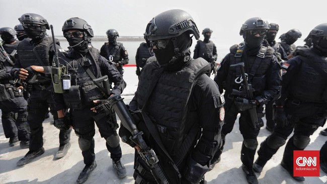Tentara Nasional Indonesia (TNI) menggelar latihan penanggulangan terorisme gabungan yang melibatkan Satuan-81 (Sat-81) Kopassus TNI Angkatan Darat (AD), Detasemen Jalamangkara (Denjaka) TNI Angkatan Laut (AL) dan Satbravo-90 Paskhas TNI Angkatan Udara (AU) di Hotel Mercure Ancol, Jakarta, Selasa, (9/4). (CNN Indonesia/Adhi Wicaksono)