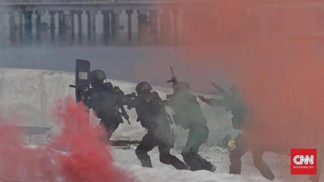 Bagian akhir simulasi adalah operasi penyisiran oleh Unit Penjinak Bahan Peledak (Jihandak) di lokasi penyanderaan untuk melakukan deteksi dan evakuasi terhadap bahan peledak yang ditemukan di lokasi penyanderaan. (CNN Indonesia/Adhi Wicaksono)